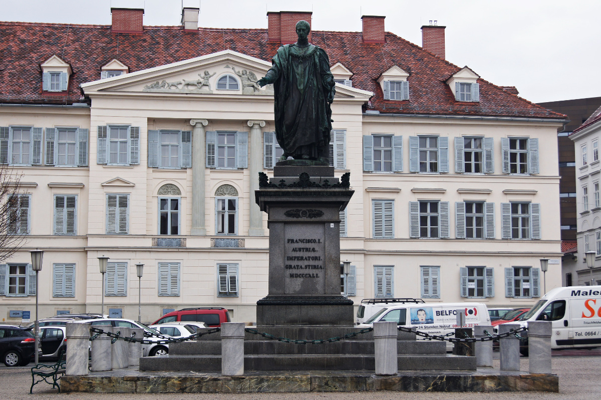 Freiheitsplatz Vom Karmeliterplatz ist es nur ein Katzensprung zum Freiheitsplatz, wo ein Denkmal von Kaiser Franz I. in der Mitte thront. Das Abbild des bekannten Habsburgers erinnert an die Monarchie, die im 20. Jahrhundert zur Demokratie, dann wieder zur Diktatur wurde, bis schlussendlich die Demokratie nach einem Jahrhundert den Sieg davontrug. Geblieben ist die Idee der Freiheit, die auf die Französische Revolution von 1789 und die Revolution von 1948/49, die ganz Mitteleuropa erfasste, zurückgeht.